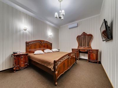 Семейный номер с большой кроватью и диваном Отель Венеция, номер 10 с