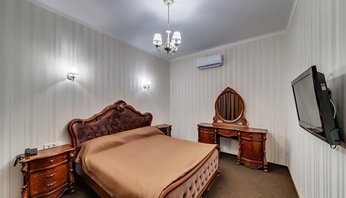 Семейный номер с большой кроватью и диваном Отель Венеция, номер 1